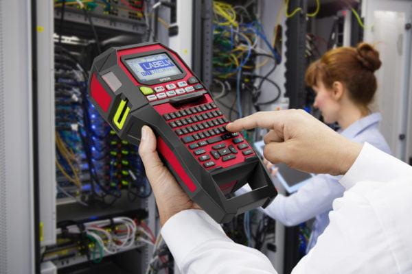 Epson presenta due nuove etichettatrici industriali compatte per stampare velocemente in grandi tirature 1